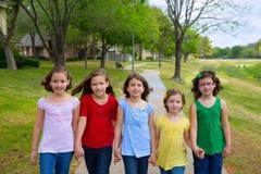 Kindergruppe Schwestermädchen und -freunde, die in Park gehen Stockbild