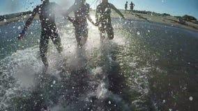 Kinderhändchenhalten, das auf dem Wasser läuft stock video footage