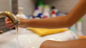 Kinderhände, die am Badezimmerhahn sich waschen stock video