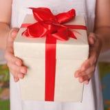 Kinderhände mit Geschenk Muttertag, der Vatertag Lizenzfreies Stockfoto