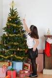 Kinderhängende Zuckerstange auf Weihnachtsbaum Stockfoto