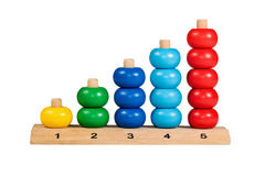 Kinderhölzernes buntes Puzzlespiel mit Zahlen Stockfoto