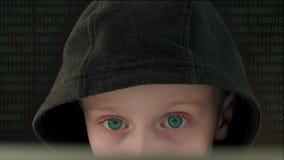 Kinderhacker im schwarzen Hoodie stock footage