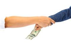 Kinderhand, die amerikanische Dollarbanknote auswählt Stockfoto