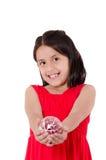 Kinderhand, die eine christmass Verzierung hält Stockbild