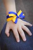 Kinderhand mit einer ukrainischen Flagge Lizenzfreie Stockfotografie