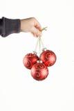 Kinderhand mit Weihnachtsbällen Stockbild