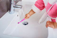 Kinderhand mit Zahnbürste stockbilder