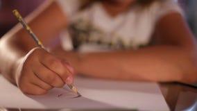 Kinderhand zeichnet einen Bleistift auf Papier ?-? verlieren-oben stock video footage