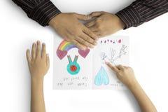 Kinderhand zeigt dem Vati Grußkarte Stockfotos