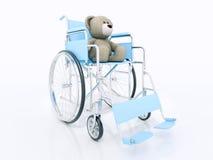 Kinderhandikapkonzept: brauner Teddybär im Rollstuhl Lizenzfreies Stockfoto