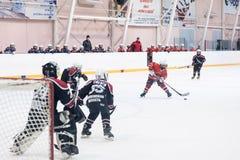 Kinderhockey Angriff des Tors Stockfotografie
