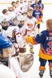 Kinderhockey Gruß von Spielern nach Spiel Stockfotografie