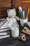 Kinderinländischer Arbeitsplatz und Zubehör für Aus- und Weiterbildung - Bücher, Zeitschriften, Notizblöcke, Notizbücher, Stifte, Stockfotografie