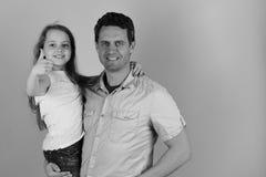 Kinderjaren en familieconcept Meisje en mens met gelukkige gezichten op blauwe achtergrond Royalty-vrije Stock Foto's
