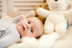 Kinderjaren en nieuwsgierigheidsconcept Babyjongen in gestreepte bodysuit royalty-vrije stock afbeelding