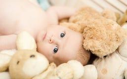 Kinderjaren en onschuldconcept Baby die in voederbak liggen royalty-vrije stock afbeeldingen
