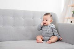 Kinderjaren, kleutertijd en gelukkige mensenconcept - weinig babymeisje stock afbeeldingen