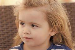 Kinderjaren, onschuld, de jeugdconcept Jongen met leuk gezicht, lang blond haar royalty-vrije stock foto