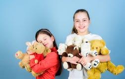 Kinderjarenconcept Zachtheid en tederheid E Liefde en vriendschap Zachte spel van jonge geitjes het aanbiddelijke leuke meisjes stock foto