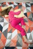Kinderjarengeluk Weinig gelukkig meisje in slaapkamer Ouderwetse ochtendscène: antieke schrijfmachine, kop van verse koffie, bedr stock foto