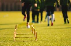 Kinderjunge Athleten, die mit Fußball-Ausrüstung ausbilden Fußball-Geschwindigkeits-Training stockfotos