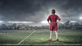 Kinderjunge auf Fußballplatz Stockfotos