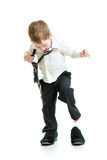 Kinderjunge, der auf Vaterschuhen versucht Stockfoto