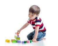 Kinderjunge, der Blockspielwaren spielt Stockfotografie