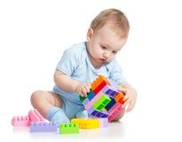 Kinderjunge, der Blockspielzeug spielt Lizenzfreie Stockfotos