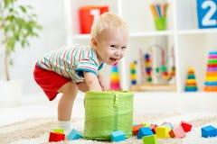 Kinderjunge, der hölzerne Spielwaren spielt Lizenzfreie Stockfotografie