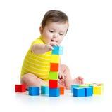 Kinderjunge, der hölzerne Spielwaren spielt Stockfoto