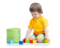 Kinderjunge, der hölzerne Spielwaren spielt Lizenzfreies Stockbild