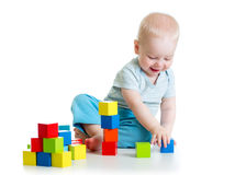 Kinderjunge, der Holzklotzspielwaren spielt Lizenzfreies Stockbild