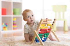 Kinderjunge, der mit Abakus spielt Lizenzfreies Stockfoto