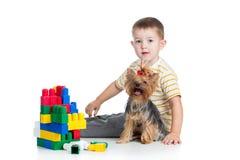 Kinderjunge, der mit Hund spielt Stockfotografie