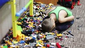 Kinderjunge, der mit Spielwaren spielt stock video