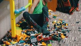 Kinderjunge, der mit Spielwaren spielt stock footage