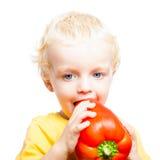 Kinderjunge, der süßen Pfeffer isst Lizenzfreies Stockbild