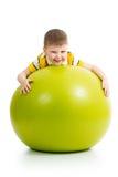 Kind, das Spaß mit gymnastischem Ball hat Lizenzfreie Stockfotografie