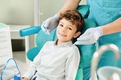 Kinderjunge im zahnmedizinischen Bürolächeln lizenzfreie stockbilder