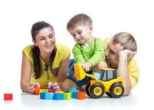 Kinderjunge mit Elternspiel-Bausteinen Lizenzfreie Stockbilder