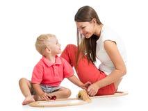 Kinderjunge und sein Mutterspiel Lizenzfreie Stockbilder