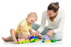 Kinderjunge und sein Mutterspiel Stockfoto