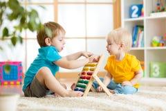 Kinderjungen, die mit Abakus spielen Lizenzfreie Stockfotos