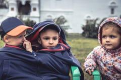 Kinderjungenmädchen, das zusammen Konzeptkindheitsfreundschaftsliebes-Zusammengehörigkeitsrivalität schaut Lizenzfreies Stockfoto