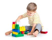 Kinderjungenspielen Stockbilder