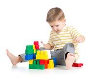 Kinderjungenspielen Stockfotos