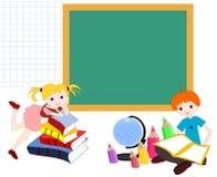 Kinderkaukasier mit Büchern verschalen in der Schule, Come-back Stockbild