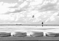 Kinderkind, das Drachen in einem Pier spielt lizenzfreie stockfotografie
